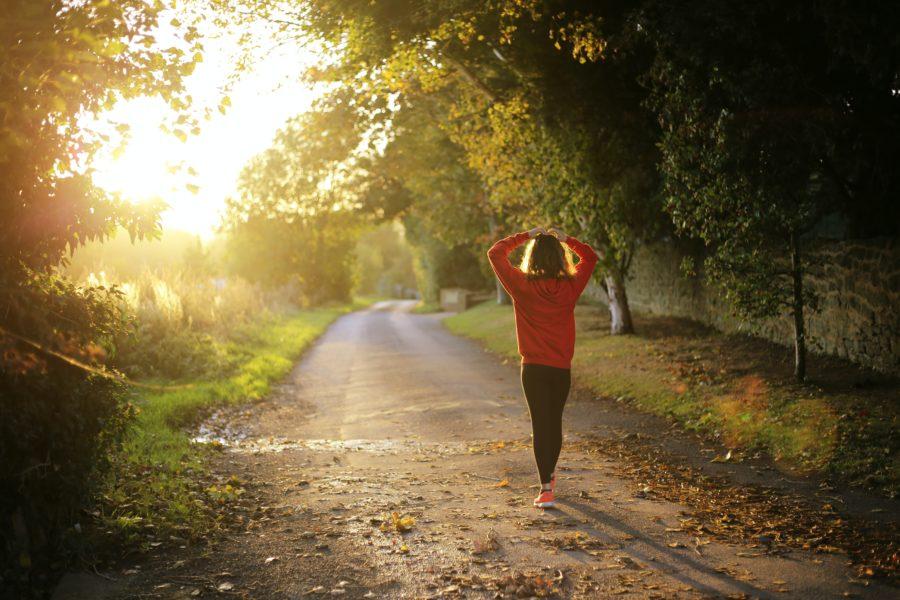 Femme qui marche pendant sa Digital Detox
